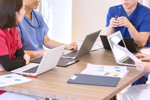 訪問看護師たちがミーティングをしているイメージ写真