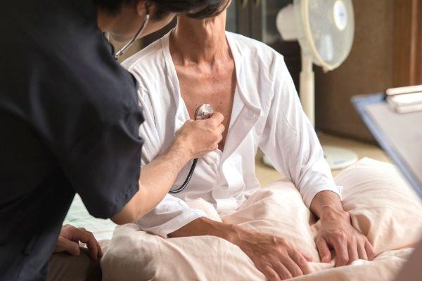在宅患者をケアする訪問看護師のイメージ写真