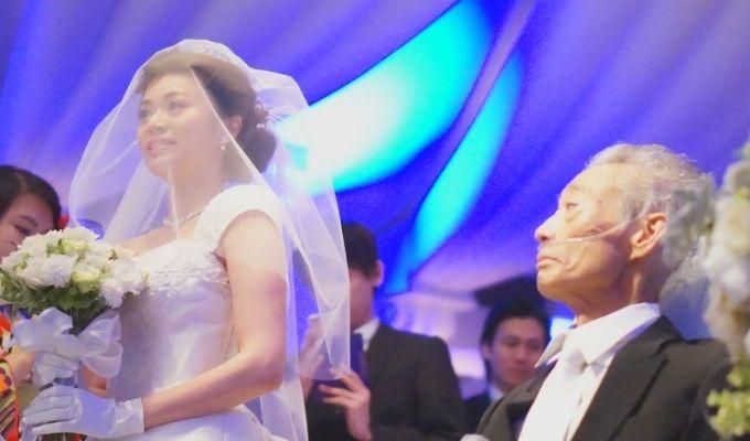 娘の結婚式に出席する終末期のがん患者の男性の写真