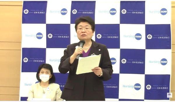 記者会見する日本看護協会の福井トシ子会長の写真(YouTubeのキャプチャ)