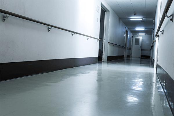 病院の廊下のイメージ写真