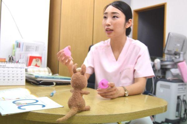 月経カップを手に説明するれな先生の画像