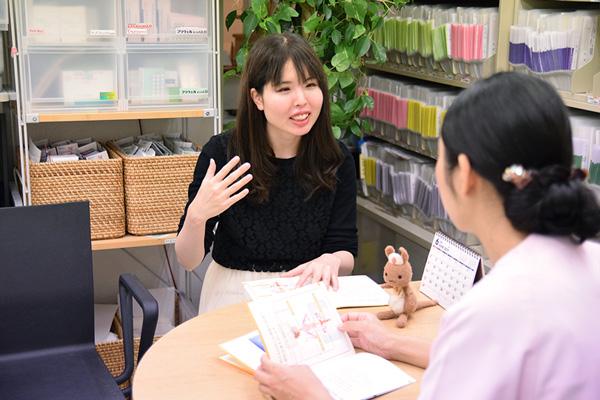 生理痛の悩みをれな先生に相談する高柳さんの画像