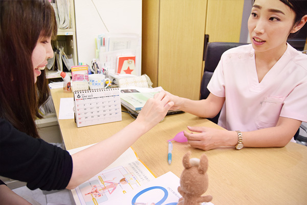 月経カップを触ってみる高柳さんとれな先生の画像
