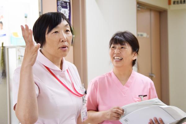 病院でスタッフと話している角田さんの写真