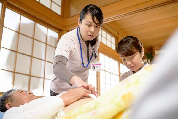 訪問看護ステーションの訪問看護師に同行して在宅の現場を学ぶ病院ナースの写真