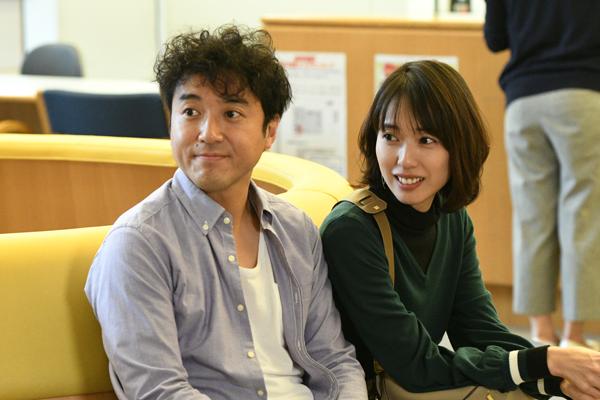ドラマ「大恋愛~僕を忘れる君と」で医師役の戸田恵梨香さん(右)と、小説家のムロツヨシさん(左)