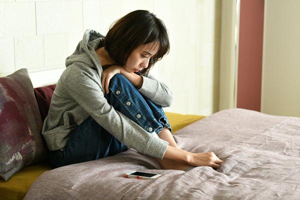 ドラマ「大恋愛~僕を忘れる君と」で医師役の戸田恵梨香さんが膝を抱えて考えこんでいるシーン
