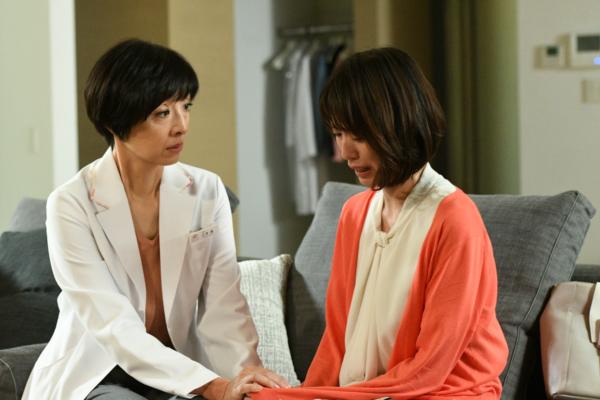 ドラマ「大恋愛~僕を忘れる君と~」で医師役の戸田恵梨香さん(右)と、母親で同じく医師の草刈民代さん(左)