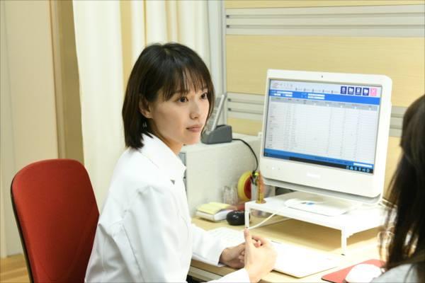 戸田恵梨香演じる尚が医師として働いているシーン