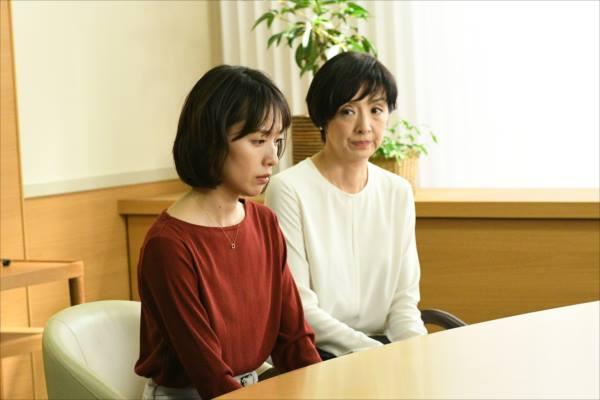 戸田恵梨香演じる尚と母薫が深刻そうにうつむくシーン