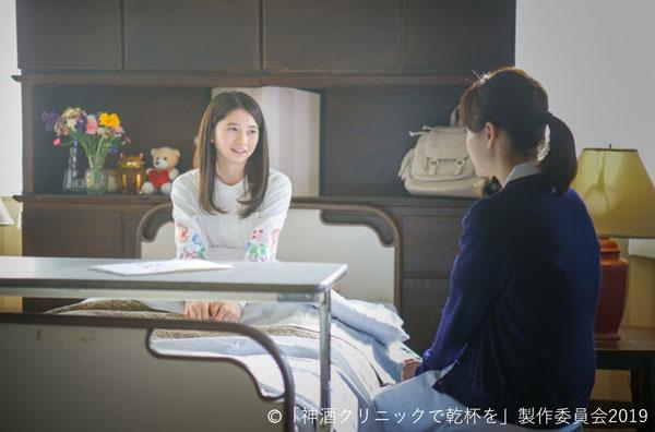 患者役の桜田ひよりさんと、看護師役の山下美月さんが会話をしているシーン