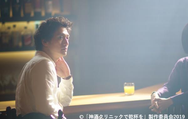 バーのカウンターに佇安藤先生の写真。