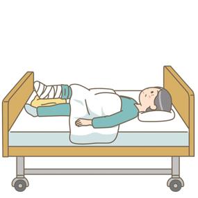 骨折後、ギプス固定をしてベッド上で安静にしている患者さん(高齢男性)のイラスト