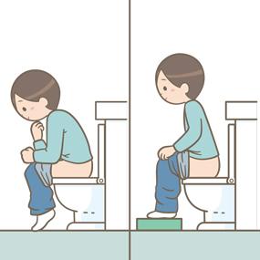 適切な排便姿勢(前傾姿勢・踏み台を使用した姿勢)をとっている患者さん(男性)のイラスト