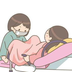 分娩介助している助産師のイラスト