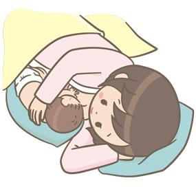 お母さんが赤ちゃんに添い乳をしているイラスト