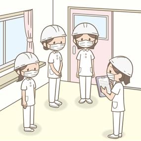 看護師が避難訓練でヘルメットをかぶり集合しているイラスト