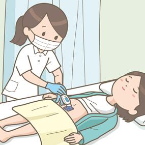 看護師が患者さんを剃毛しているイラスト