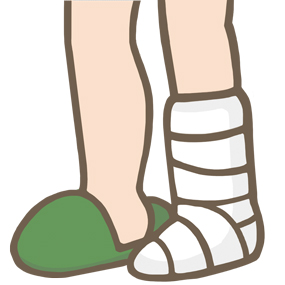 ギプスの足とスリッパを履いた足