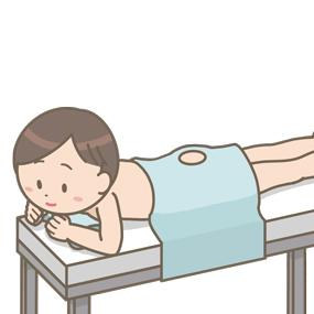 骨髄穿刺のために処置台で腹臥位にて待機する患者のイラスト