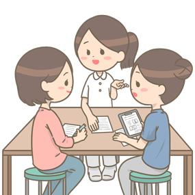 訪問看護師(ポロシャツ)と病院の看護師、私服のケアマネージャーが話をしている(地域連携会議)イラストです。