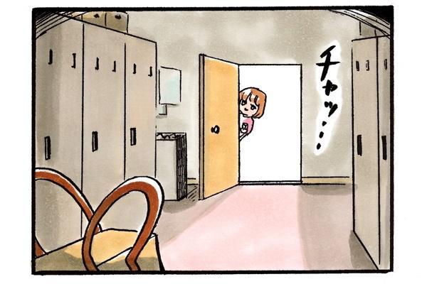 復讐決行。こっそりと先輩看護師のかばんのある更衣室の扉を開ける