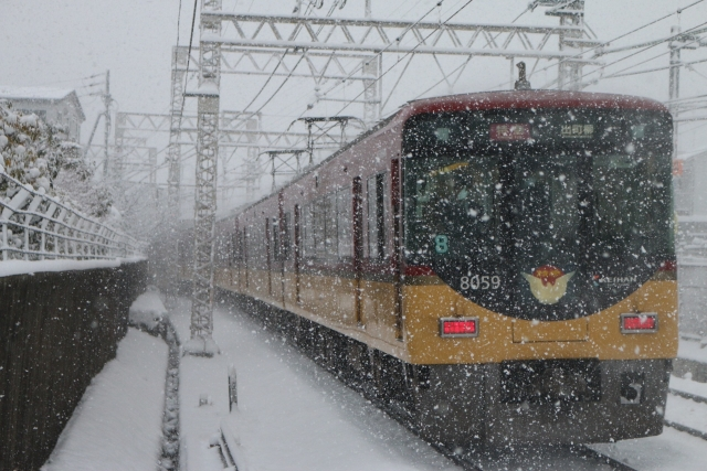 雪の中で走る電車