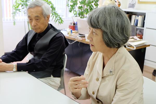 説明をする金井さんとそれに耳を傾けている小南さんの写真