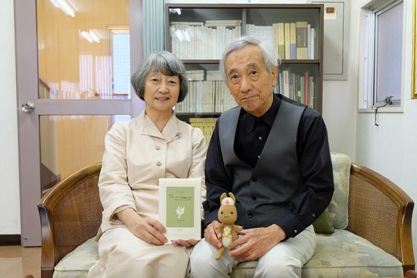 左から金井さん、小南さんとかんごるーちゃんの写真