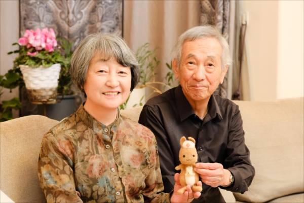 かんごるーちゃんとともに笑顔で写る小南吉彦さんと金井一薫さんの写真