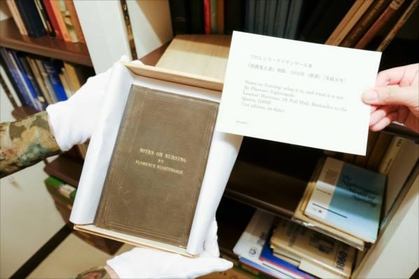 『看護覚え書』の初版本(原書)の写真。木の箱で大事に保管されている。