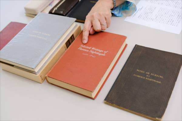 3冊の看護覚え書の写真。写真中央が、『看護覚え書』の第2版が収められたルーシー・セーマー著『ナイチンゲール著作選集』(原書)。