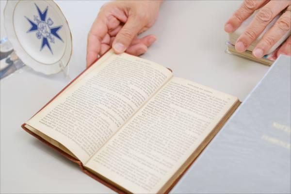 ナイチンゲールの看護覚え書の第3版のページを開く写真。第3版はページ数が少なく、ほとんど余白なく印刷されている。