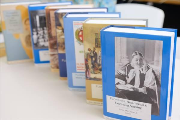 カナダの研究者、リン・マクドナルドさんの著作の一部の写真。