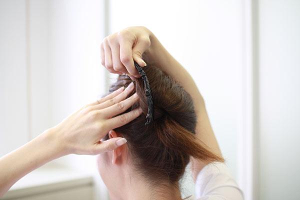 カンタン30秒 夜会巻き風ヘアアレンジ | ナースの仕事に使える髪型・まとめ髪テク【vol.1】