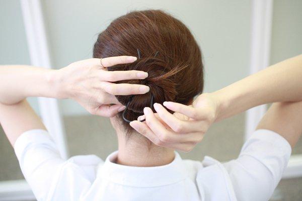 20秒でできるお手軽お団子ヘア| ナースの仕事に使える髪型・まとめ髪テク【vol.2】