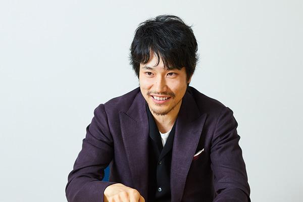 一番好きなシーンについて笑って答える松山さんの写真。
