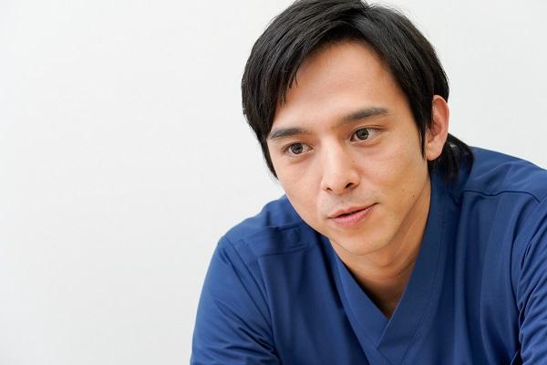 ナースと同じ葛藤を抱える若手医師・柳原の役柄について語る満島さんの写真。