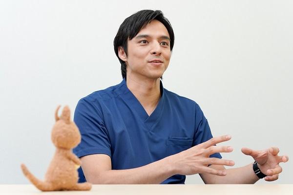 医者を演じることについて手振りを交え熱く語る満島さんの写真。