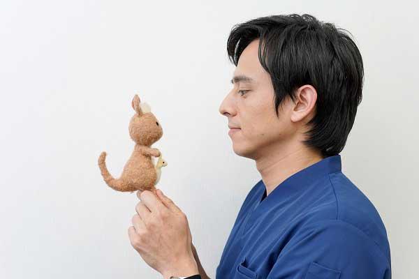 かんごるーちゃんと見つめ合う満島さんの写真。
