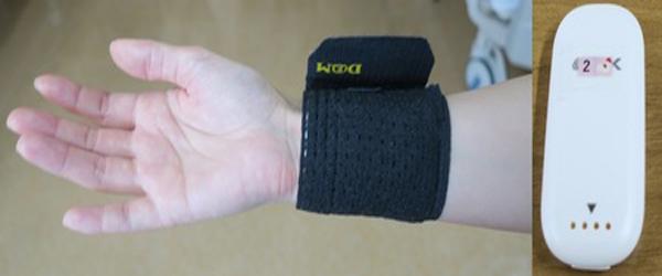バイタルデータ測定デバイスを手首に装着した様子(右)と内部に搭載するセンサー(左)の写真