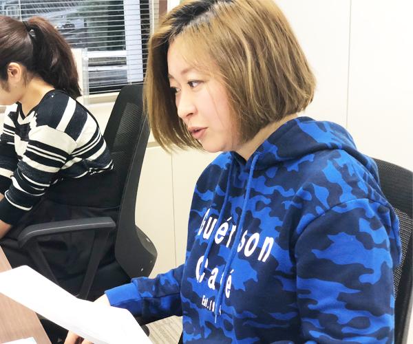 インタビューを受ける沖田✕華さんの写真