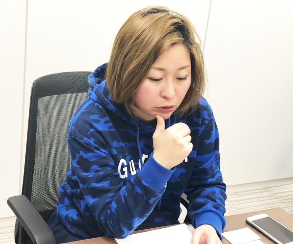 原因もわからず、職場でダメ扱いを受けていたことを思い出しながら語る沖田✕華さんの写真