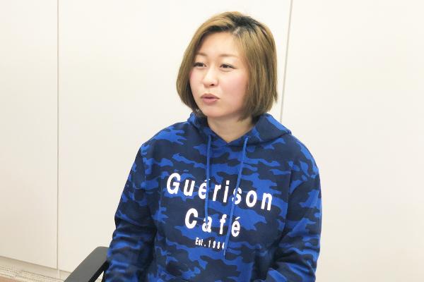 看護師になったことが、発達障害を自覚した契機だったと過去の経験を話す沖田✕華さんの写真