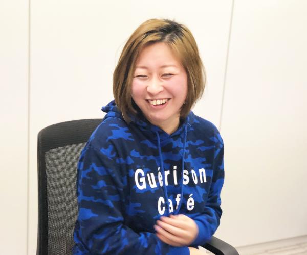 「患者さんに寄り添う」だけでなくまず自分を愛してほしいと悩んでいる看護師のみなさんに向けたメッセージを笑顔で語る沖田✕華さん。