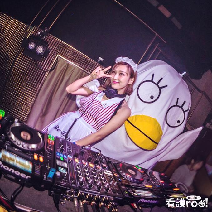 DJをしている石川亜希さんの写真