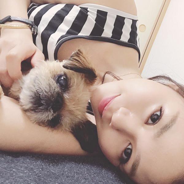 看護師 長野じゅりあさんと犬の写真