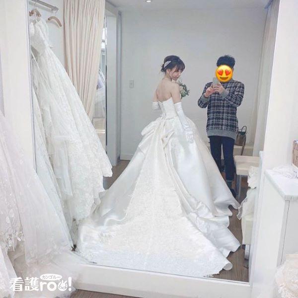 結婚式のドレスを選んでいる写真