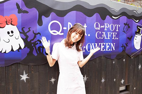 Q-pot cafe.の前にいる写真